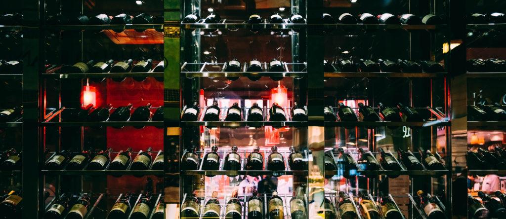 étagères avec vin